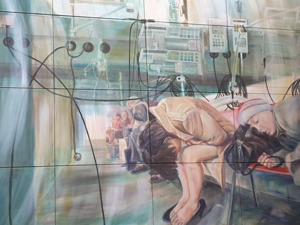 Das rechte Bild zeigt Menschen in einem völlig überfüllten Krankenzimmer